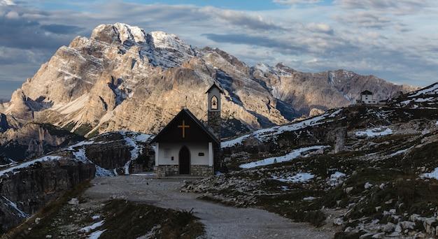 Mooie kleine kerk in de besneeuwde italiaanse alpen in de winter Gratis Foto