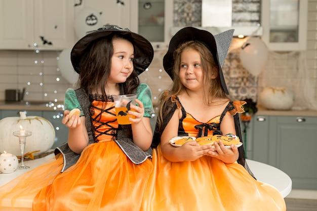 Mooie kleine meisjes in heksenkostuum Gratis Foto