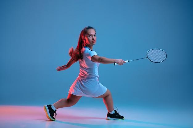 Mooie kleine vrouw die in badminton oefent Gratis Foto