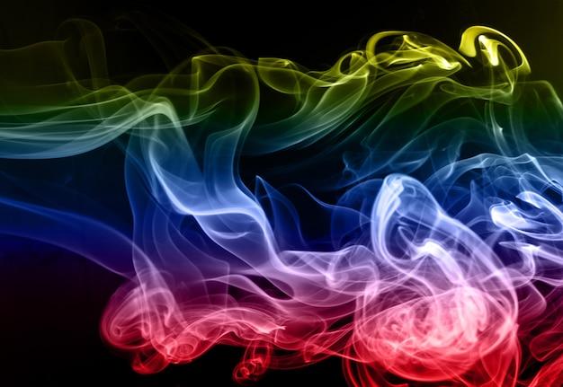 Mooie kleurrijke rooksamenvatting op zwarte achtergrond, beweging van brand Premium Foto