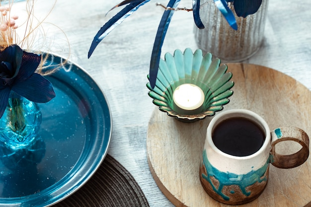 Mooie kopje thee en decor items op lichte houten tafel, bovenaanzicht. Gratis Foto