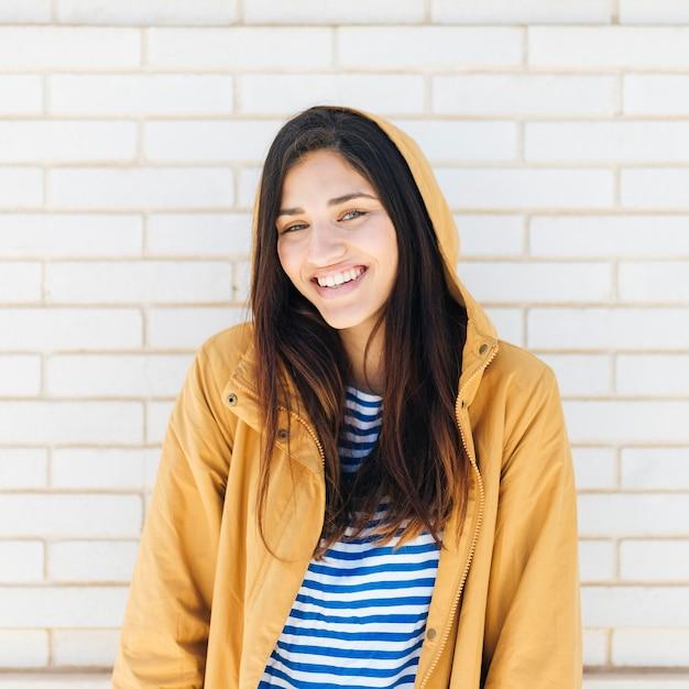 Mooie lachende jonge vrouw Gratis Foto