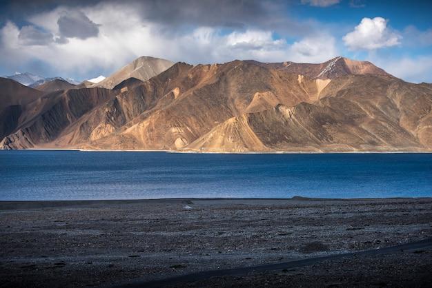Mooie landschapsbergen op pangongmeer met blauwe hemelachtergrond. leh, ladakh, india Premium Foto