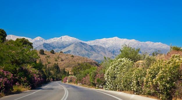 Mooie landweg op kreta met bergen op een achtergrond Premium Foto