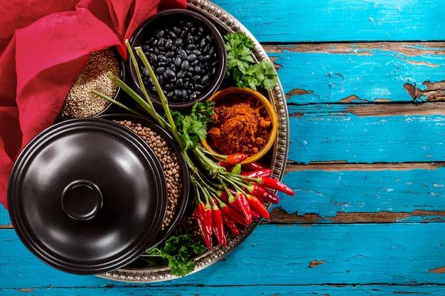 Mooie lekkere lekkende ingrediënten kruiden kruidenierswaren rode
