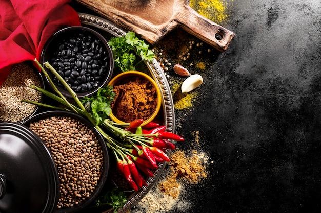 Mooie lekkere lekkende ingrediënten kruiden rode chilipeper kruidenierswinkel voor koken gezonde keuken. Gratis Foto