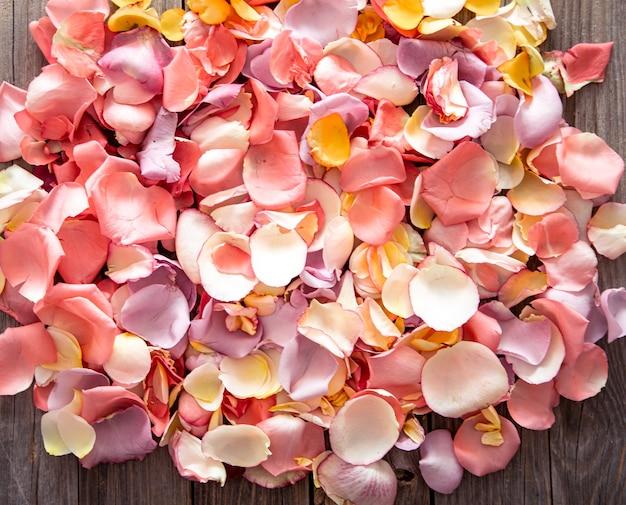 Mooie lichte achtergrond van verse rozenblaadjes. bloem achtergrond. Premium Foto