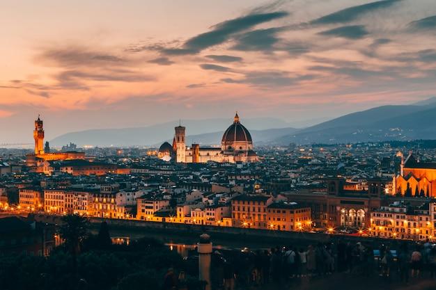 Mooie luchtfoto van de architectuur van florence, italië in de avond Gratis Foto