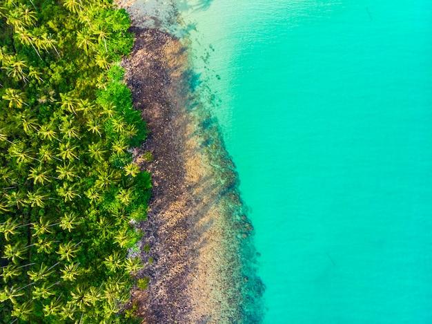 Mooie luchtfoto van het strand Gratis Foto