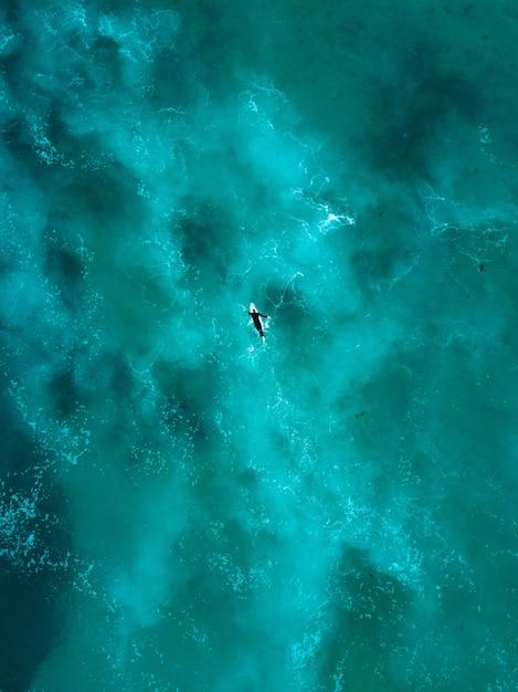 Mooie luchtfoto van oceaan golven recht van boven in vogelvlucht Gratis Foto