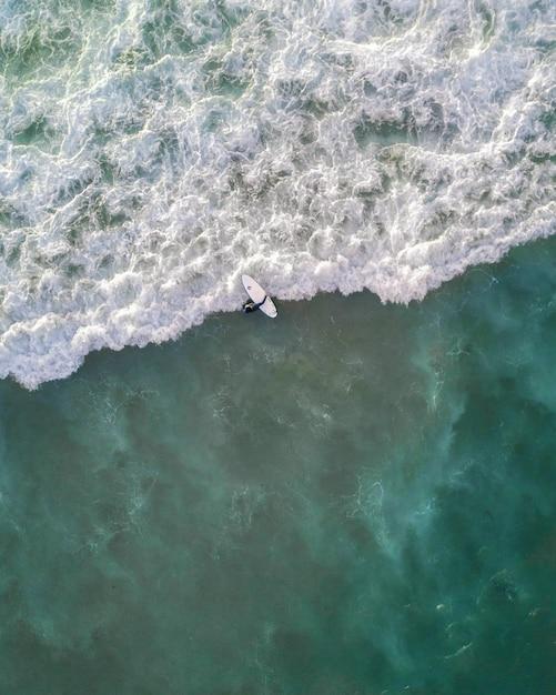 Mooie luchtfoto van oceaangolven recht van boven in vogelvlucht - perfect behang Gratis Foto