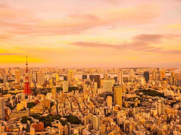 Mooie luchtmening van architectuur en de bouw rond de stad van tokyo in zonsondergangtijd Gratis Foto