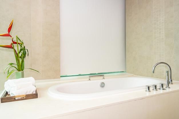 Mooie luxe en schoon wit badkuip interieur Gratis Foto