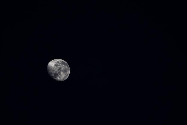 Mooie maan glanst in het donker Gratis Foto