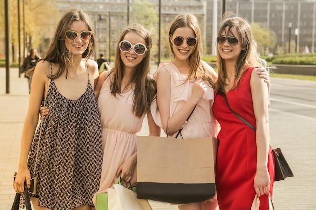 Mooie meiden op een stadswandeling Premium Foto