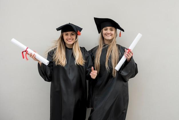 Mooie meisjes bij hun afstuderen Gratis Foto