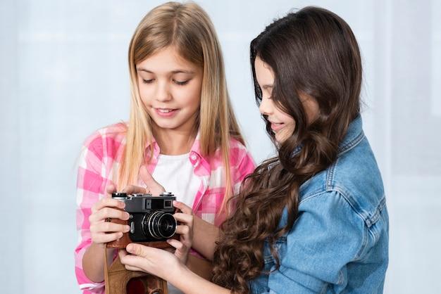 Mooie meisjes die camera bekijken Gratis Foto