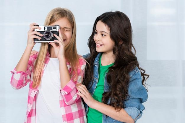 Mooie meisjes die camera gebruiken Gratis Foto