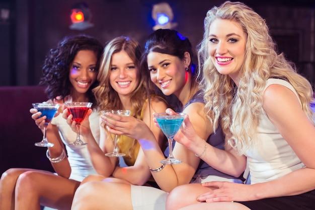 Mooie meisjes met cocktails Premium Foto