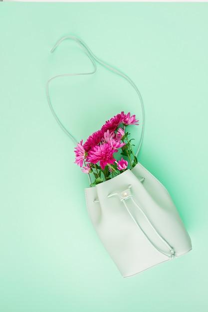Mooie meisjes tas met bloemen. vrouwelijke urban fashion, winkelen, gfit-ideeën, lente- en zomerstijl Premium Foto