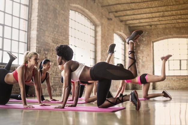 Mooie meisjes trainen in de sportschool Premium Foto