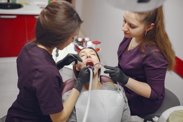 Mooie meisjeszitting in het kantoor van de tandarts Gratis Foto