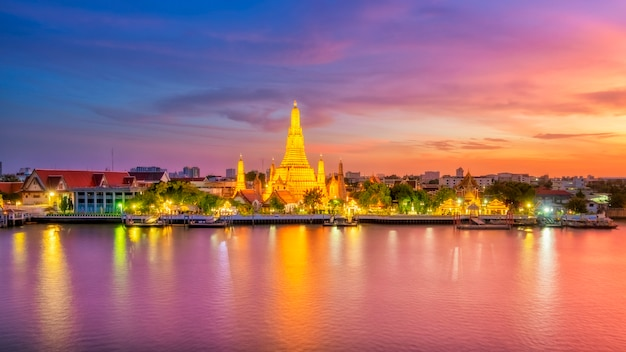 Mooie mening van wat arun temple bij schemering in bangkok, thailand Premium Foto