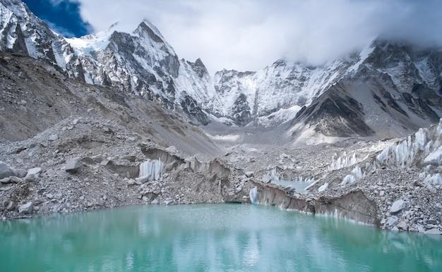 Mooie met sneeuw bedekte bergen met meer Premium Foto