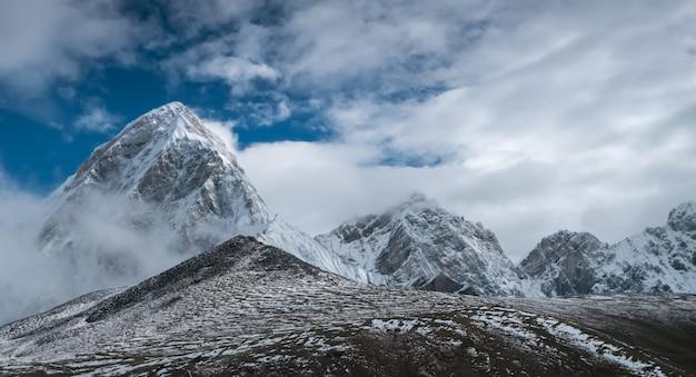 Mooie met sneeuw bedekte bergen Premium Foto