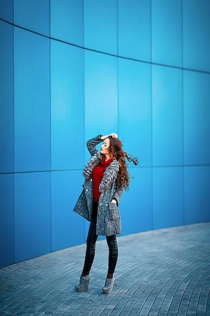 Mooie mode vrouw die zich voordeed Premium Foto