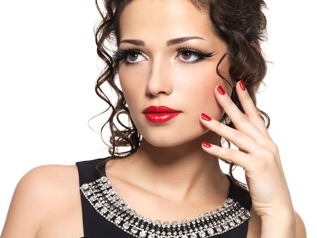 Mooie mode vrouw met rode manicure en lippen - Gratis Foto
