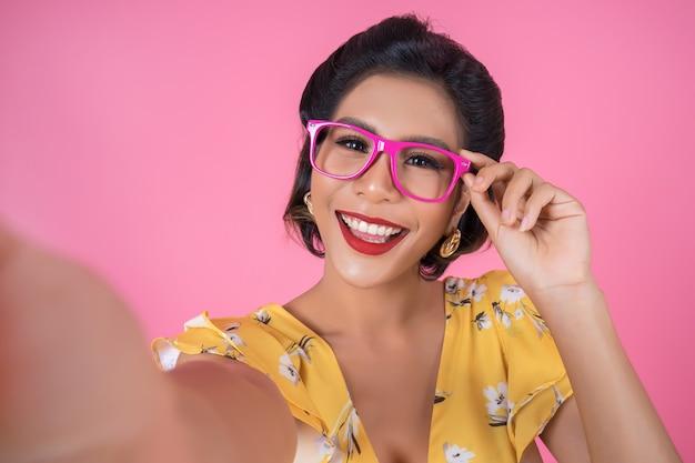 Mooie mode-vrouwen nemen een foto selfie met haar telefoon Gratis Foto