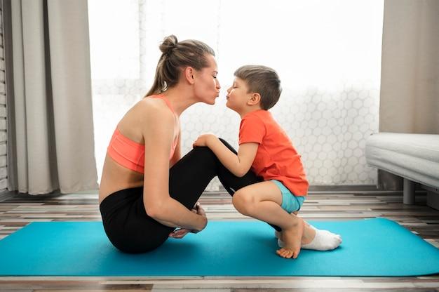 Mooie moeder die met zoon uitoefent Gratis Foto