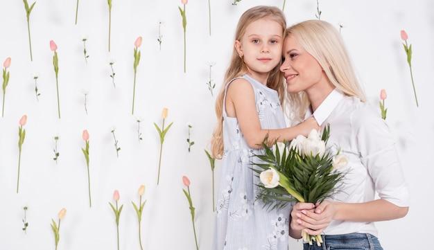 Mooie moeder en dochter middellange schot Gratis Foto