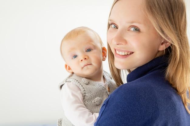 Mooie moeder en kind glimlachen Gratis Foto