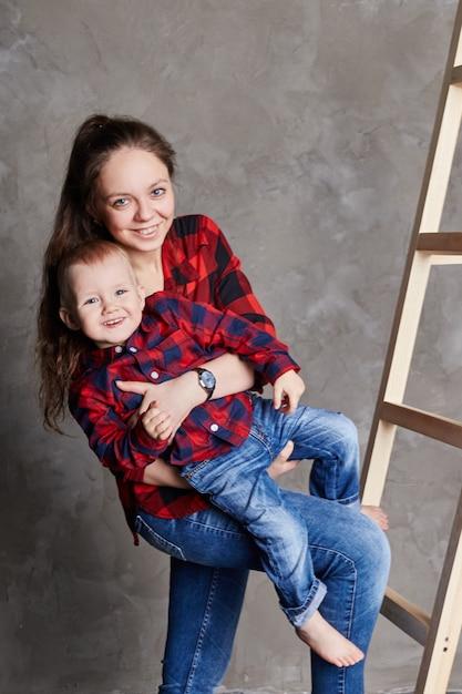 Mooie moeder en zoon samen knuffelen, familie plezier portret van zoon en vrouw Premium Foto