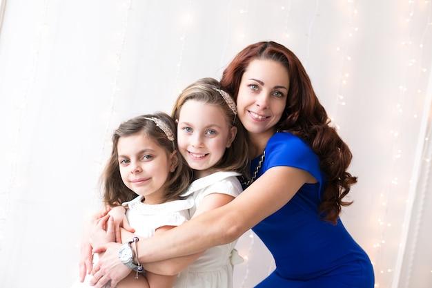 Mooie moeder met dochters die samen poseren Premium Foto