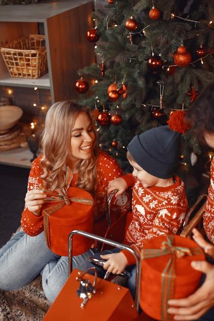 Mooie moeder met kind. gezin met kerstcadeaus. Gratis Foto