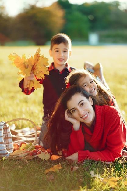 Mooie moeder met kleine kinderen Gratis Foto