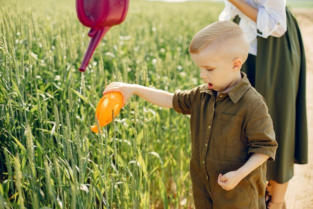 Mooie moeder met zoontje in een zomer veld Gratis Foto