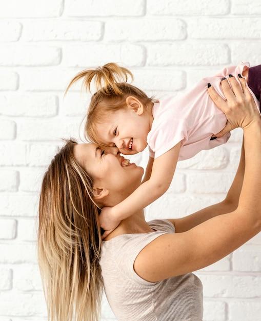 Mooie moeder speelt met haar dochter thuis Gratis Foto