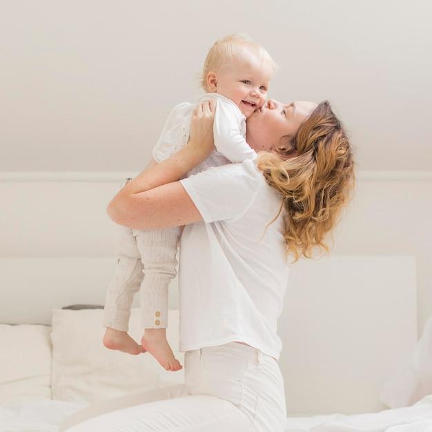 Mooie moeder speelt met haar kind Gratis Foto