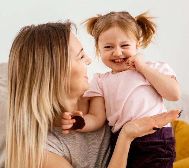 Mooie moeder tijd doorbrengen samen met haar dochter thuis Gratis Foto