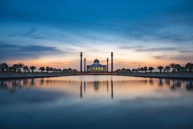 Mooie moskee in zonsondergang Premium Foto