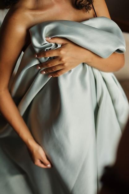 Mooie naakte vrouw met zijdestoffen die vertrouwelijke streek behandelen Premium Foto