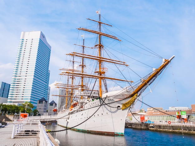Mooie nippon-maru een zeilboot met blauwe hemel in de stad yokohama Gratis Foto