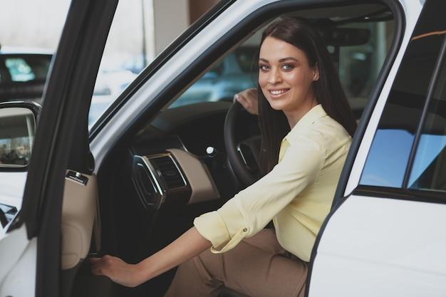 Mooie onderneemster die nieuwe auto koopt Premium Foto