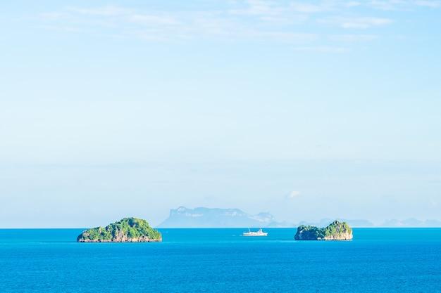 Mooie openlucht overzeese oceaan met witte wolken blauwe hemel rond met klein eiland rond samui-eiland Gratis Foto
