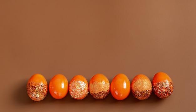 Mooie oranje decoratieve paaseieren. Gratis Foto