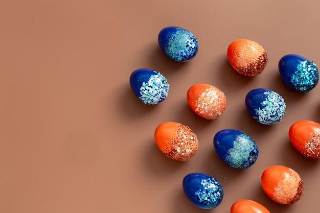 Mooie oranje en blauwe decoratieve paaseieren. Gratis Foto